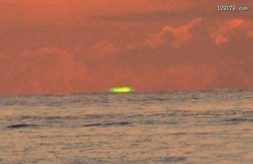 日本男子在濑长岛拍摄到绿色的落日一种非常罕见的天文现象